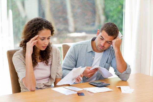 Divorcing-couple-going-through-finances